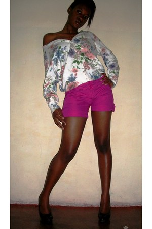 pink shorts - floral print sweater - black heels