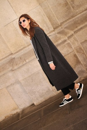 black pull&bear coat - Adidas sneakers