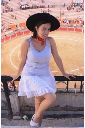black hat - heather gray cotton top - white ruffles skirt - ruby red accessories