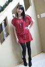 Red-top-black-tights-black-necklace-black-shoes