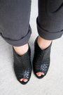 Shirt-belt-jeans-purse-shoes
