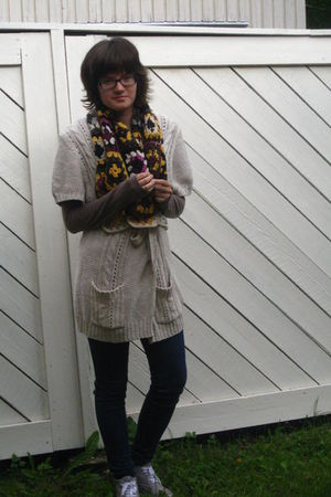 brown shirt - blue leggings - white H&amp;M cardigan - gray H&amp;M shoes - yellow scarf