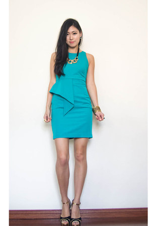 gold chunky Lovisa necklace - turquoise blue portmans dress