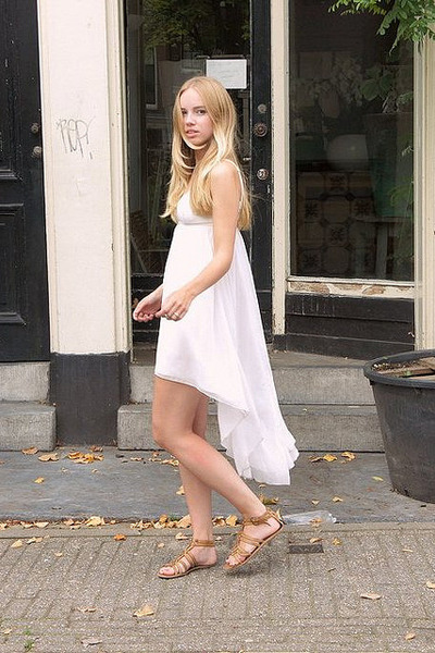 White GINA TRICOT Dresses, Brown River Island Sandals | "|400|600|?|7f179c65c8060b46e86aaed7502d1da7|False|UNLIKELY|0.31579795479774475