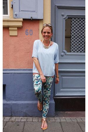 Vero Moda t-shirt - Tommy Hilfiger sandals - Vero Moda pants