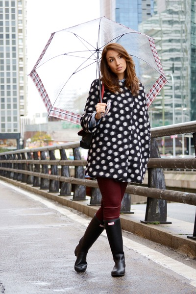 ruby red PAULA FRANCO bag - black Hunter boots - black Dolores Promesas coat