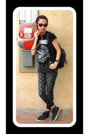 black Ray Ban sunglasses - dark gray SANDRO jeans - black Primark sneakers