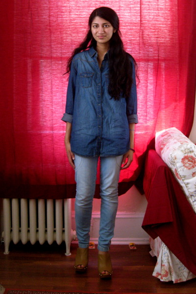 blue shirt - beige studded clogs Steve Madden shoes - blue H&M jeans