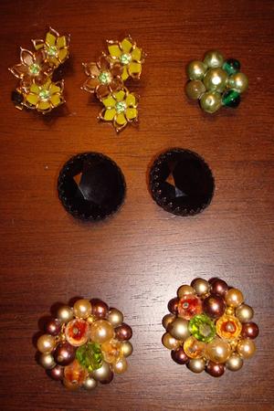 green vintage earrings - black vintage earrings - vintage earrings