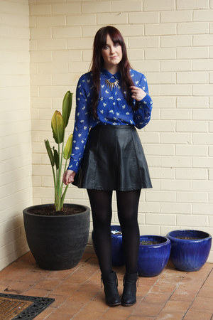blue cat print Sportsgirl shirt - black leather Ally skirt