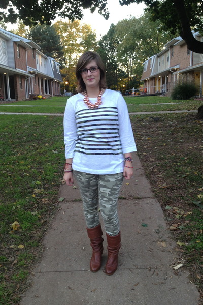 white Gap top - brown Frye boots - gold baublebar necklace