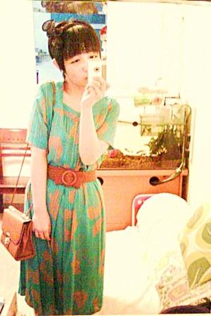 aquamarine sink vintage dress - salmon print dress - burnt orange bag