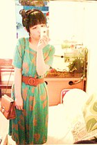 aquamarine sink vintage dress - salmon print dress - burnt orange bag