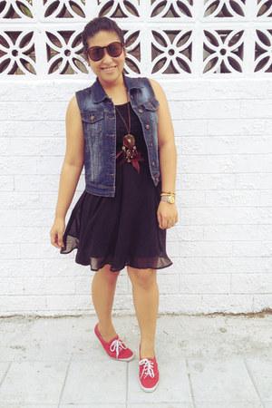 camel Ahai bracelet - black lace dress Ahai dress - hot pink Chemjoy earrings
