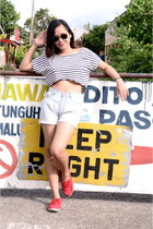 white crop top top - light blue Bazaar shorts - black aviator Ray Ban sunglasses