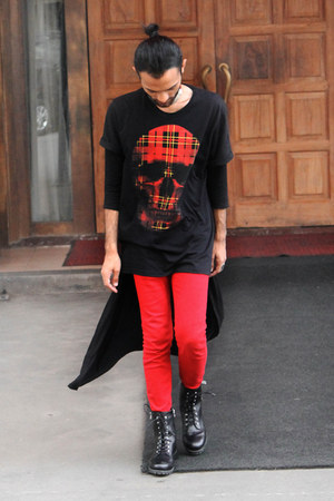 black leather H&M boots - red colored Zara jeans - black printed Zara shirt