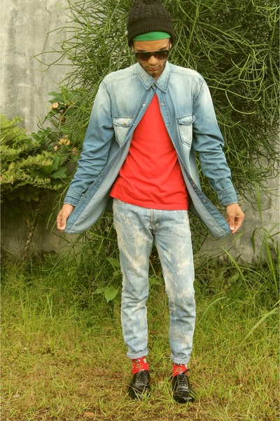 red basic red tee basic t-shirt - light blue acid wash jeans DIY jeans