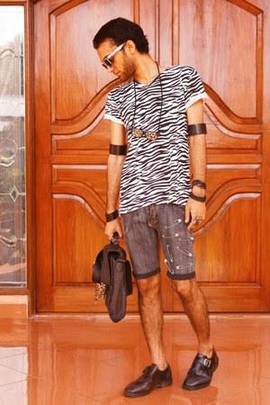white zebra unbranded t-shirt - black pantofel DrMartens shoes
