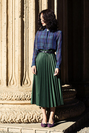 purple suede vintage heels - navy madewell top - green pleated Zara skirt