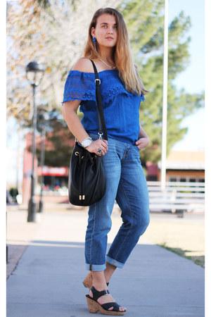 blue cold shoulder sosie top - black heeled Nine West shoes