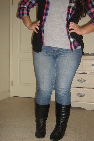 gray t-shirt - black vest - purple top - black boots