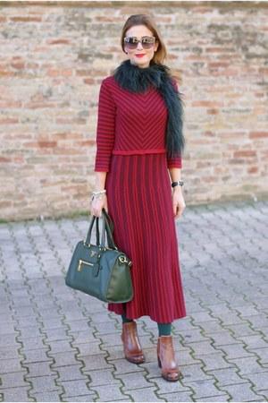 green Prada bag - brown Tentazione shoes - ruby red rose a pois dress