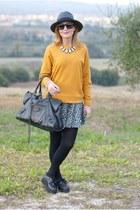 mustard Pull & Bear sweatshirt - black panama Ecua-andino hat