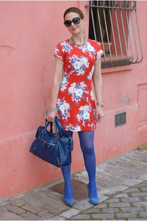 blue philippe matignon tights - salmon floral dress Rencontres dress
