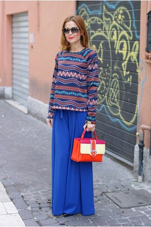 blue Zara sweatshirt - carrot orange Paula Cademartori bag