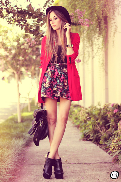 black romwe hat - red Brechó da Neide coat - black awwdore skirt