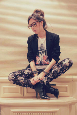 white skull twinne t-shirt - black floral H&M leggings