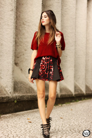 ruby red Moikana top - black Moikana skirt