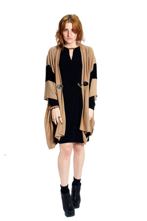 camel knit Michael Kors cape - black leather Miista boots