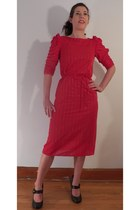 red wiggle vintage dress - black Nine West heels