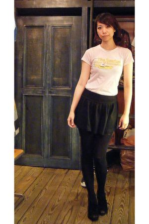 pink vintage T-shirt t-shirt - black skirt - black shoes