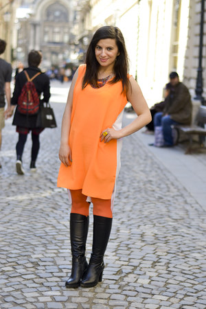 olive green The Bag Shop bag - black Filty boots - carrot orange Moja dress