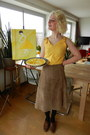 Light-yellow-skirt-eggshell-hair-accessory-light-brown-skirt