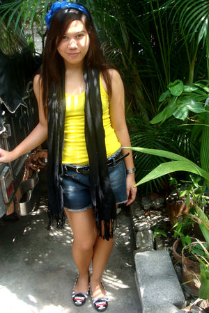 yellow random brand top - black From HK scarf - blue shorts - blue PINCH accesso
