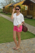 white bench mens t-shirt - pink MNG shorts - black Rayban Wayfarer sunglasses -