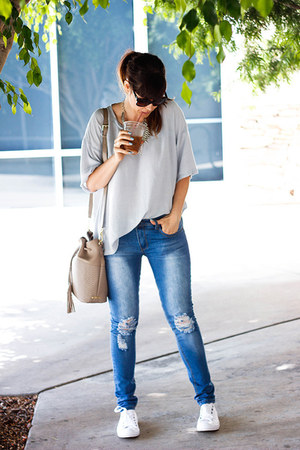 jeans - bag - sneakers - blouse