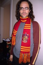 red Harry Potter scarf - maroon sweater