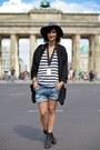 Acne-boots-oversize-blazer-helmut-lang-blazer-zara-shorts-cos-top