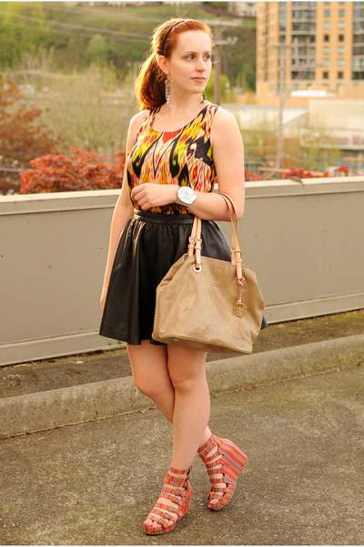black faux leather H&M skirt - tan Michael Kors bag
