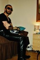 black leather boots - black stretch v neck shirt - purple aviator sunglasses