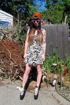 bubble gum pink quay sunglasses - black hellbounds UNIF shoes