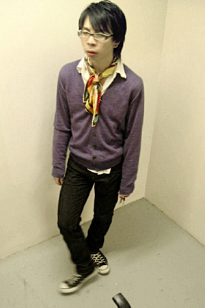 Uniqlo sweater - vintage scarf - Levi jeans - Converse shoes