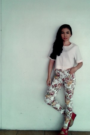 light pink cropped Mango top - floral print pants - wedges
