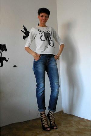 blue Zara jeans - white printed velour Zara sweatshirt