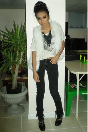 black no name jeans - beige t-shirt - white vest - black necklace