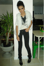 Black-no-name-jeans-beige-t-shirt-white-vest-black-necklace